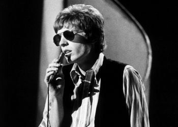 Scott Walker (Noel Scott Engel), formerly of the Walker Brothers, performs on a TV show, London 1970. (Photo by Michael Putland/Getty Images)